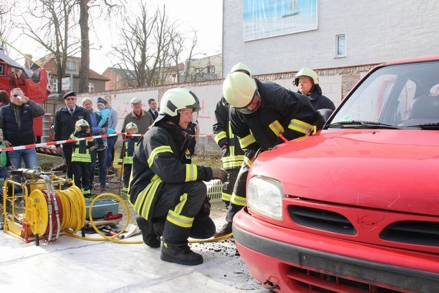 Bürger probierten Feuerwehrtechnik beim Frühlingsfest aus